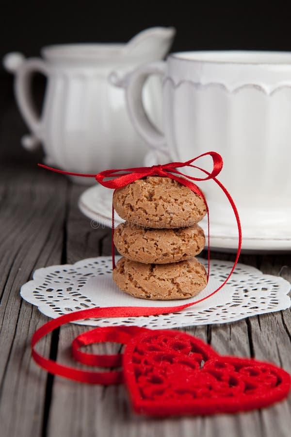 Красные сердце и печенья на деревянной предпосылке стоковые фото
