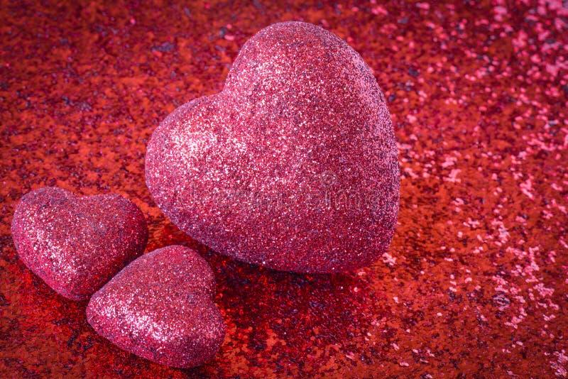 Красные сердца с предпосылкой яркого блеска стоковые фотографии rf