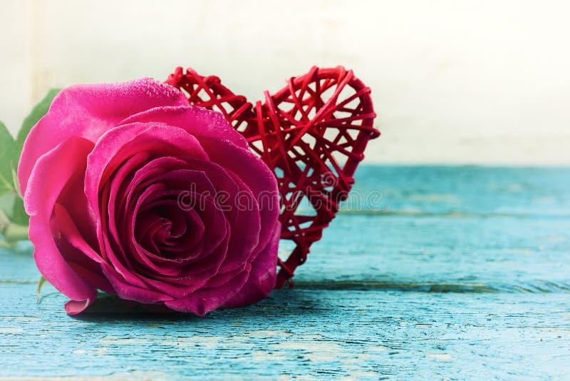 Красные сердце и розы на деревянной предпосылке стоковые изображения rf