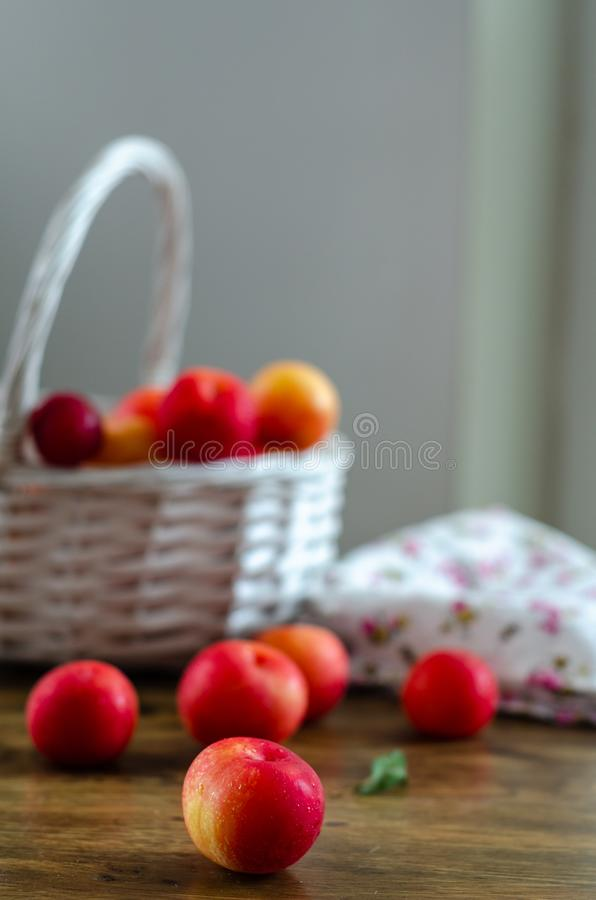 Красные сливы на деревянном столе стоковое фото