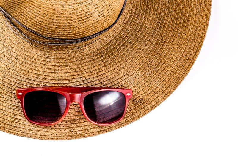 Красные солнечные очки и шляпа пляжа изолированная на белизне стоковая фотография rf