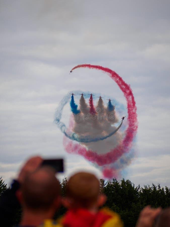 Красные стрелки выполняя ` торнадо ` на шотландском национальном Airshow 2018 стоковые фотографии rf