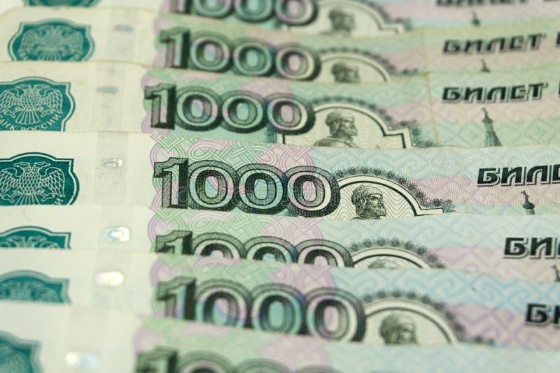 Красные стрелки указывая вниз на предпосылку русских денег стоковые изображения rf