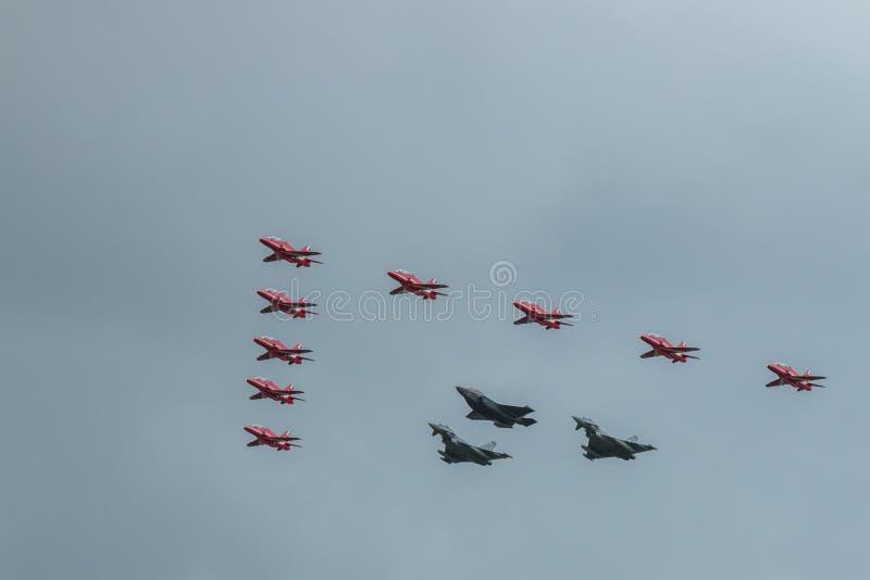 Красные стрелки, тайфунÂ Eurofighter, и F-35 молния 2 стоковые изображения rf