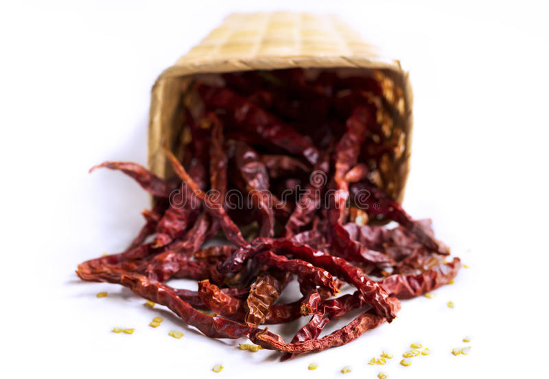 Красные сухие перцы chili в корзине на белой предпосылке стоковое фото