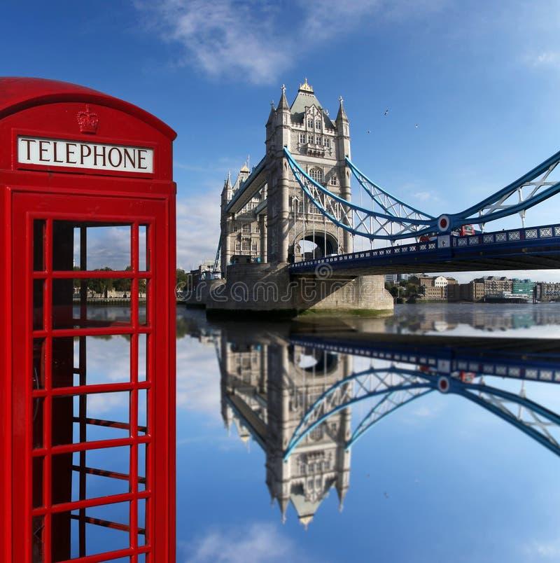 Красные телефонные будки с мостом башни в Лондоне, u стоковые изображения