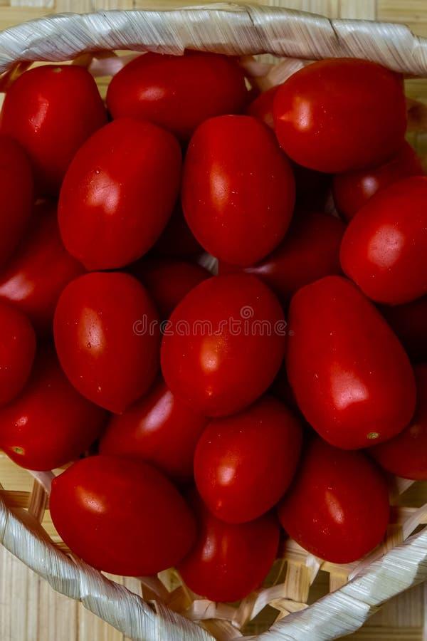 Красные томаты салат соуса много ингредиентов овощей дизайна basa картины предпосылки конца-вверх вишни стоковые изображения rf