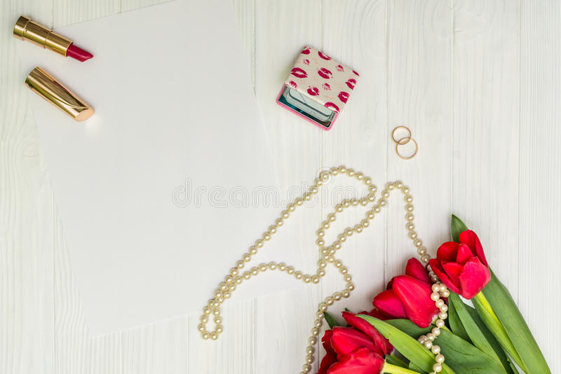 Красные тюльпаны на белой деревянной доске стоковые фото