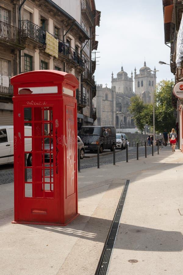 Красные улицы телефонной будки Порту стоковые фото