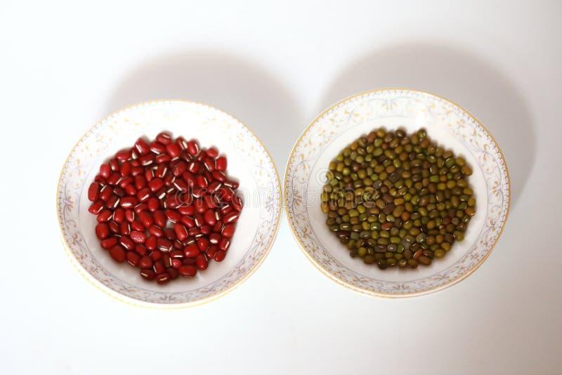Красные фасоли сои и фасоль Mung на плите стоковые фотографии rf