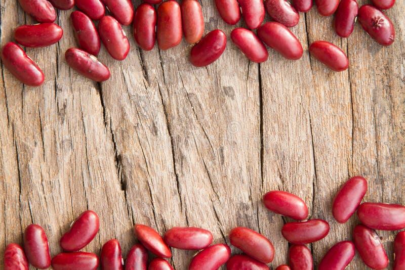Красные фасоли на деревянном столе стоковые фотографии rf