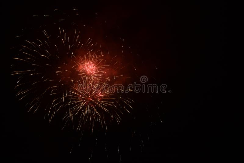 Красные фейерверки на Новогодняя ночь стоковая фотография rf