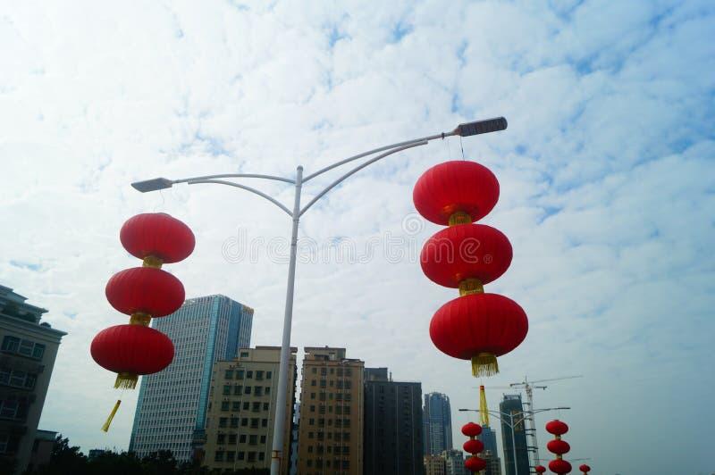 Красные фонарики повешены снаружи для того чтобы приветствовать фестиваль весны стоковые изображения
