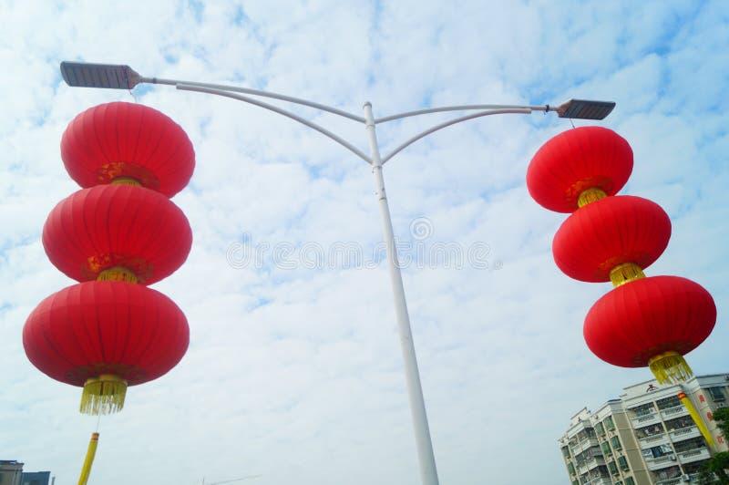 Красные фонарики повешены снаружи для того чтобы приветствовать фестиваль весны стоковое изображение rf