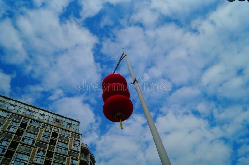 Красные фонарики повешены снаружи для того чтобы приветствовать фестиваль весны стоковая фотография