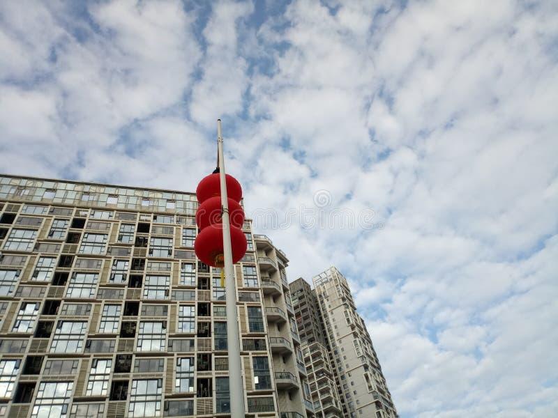 Красные фонарики повешены снаружи для того чтобы приветствовать фестиваль весны стоковые фото
