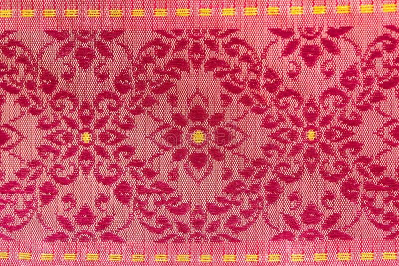 Красные цветки конструировали тайский шелк стоковая фотография