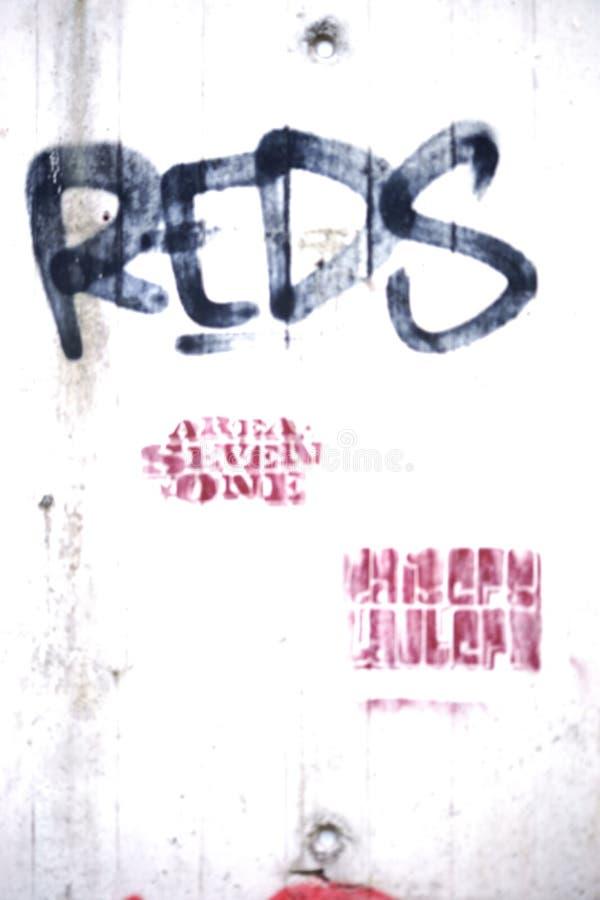 Красные цветы лозунга на стене бесплатная иллюстрация