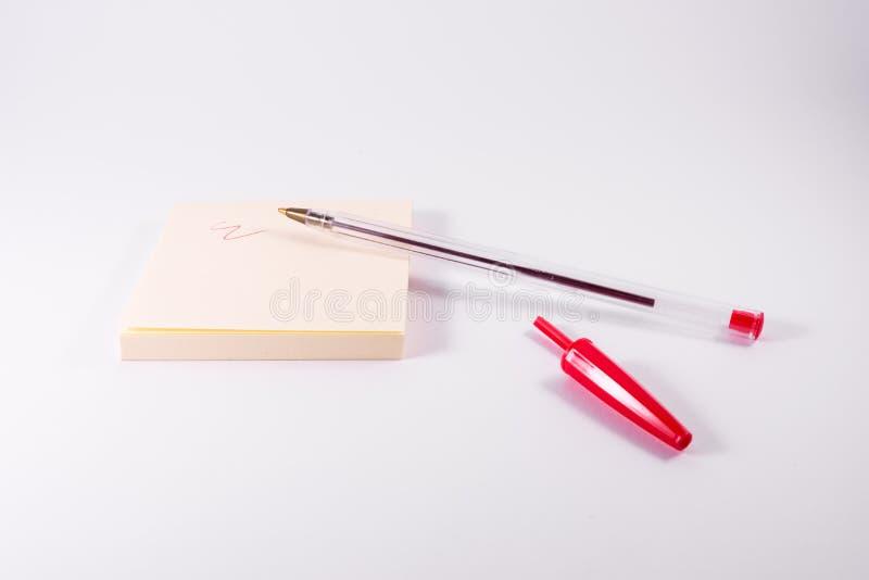 Красные чернила ручки писать липкую белизну Scribble напоминания блокнота примечания стоковая фотография