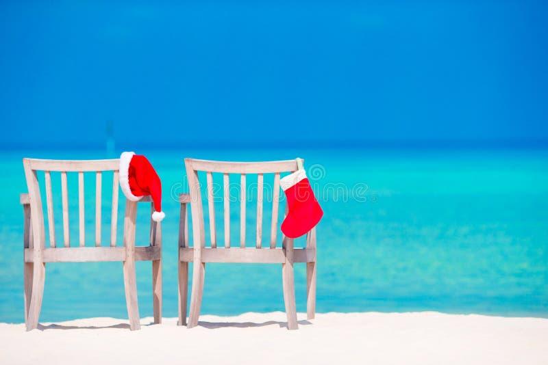 Красные чулок рождества и шляпа Санты на тропическом стоковая фотография rf