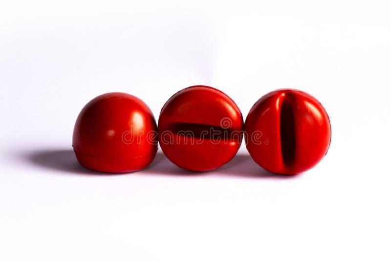 Красные шарики для клоуна обнюхивают на белой предпосылке с тенью стоковые изображения