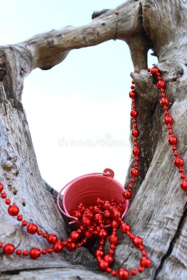 Красные шарики распространенные над старым выхватом стоковая фотография rf