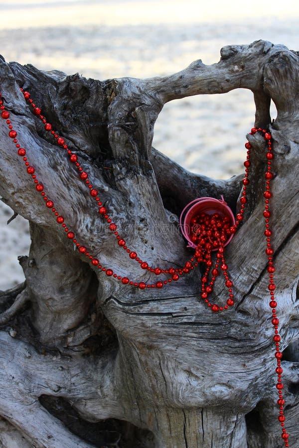 Красные шарики распространенные над старым выхватом стоковое изображение rf