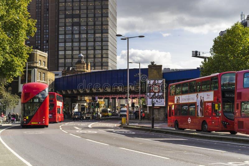 Красные шины в Лондоне Великобритании стоковые изображения