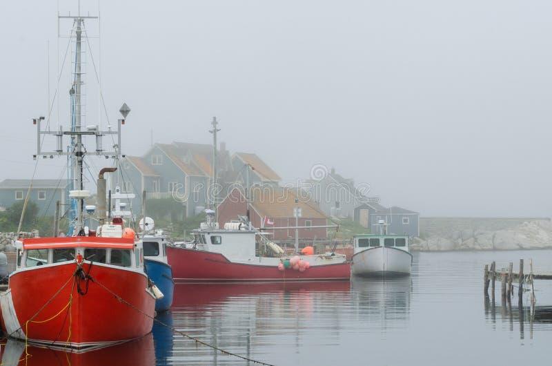 Красные шлюпки в туманной гавани стоковая фотография rf