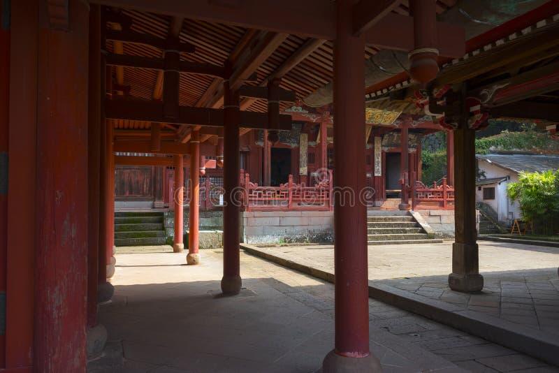 Красные штендеры ворот виска Sofukuji, китайского виска которого один из самых лучших примеров  стоковая фотография rf