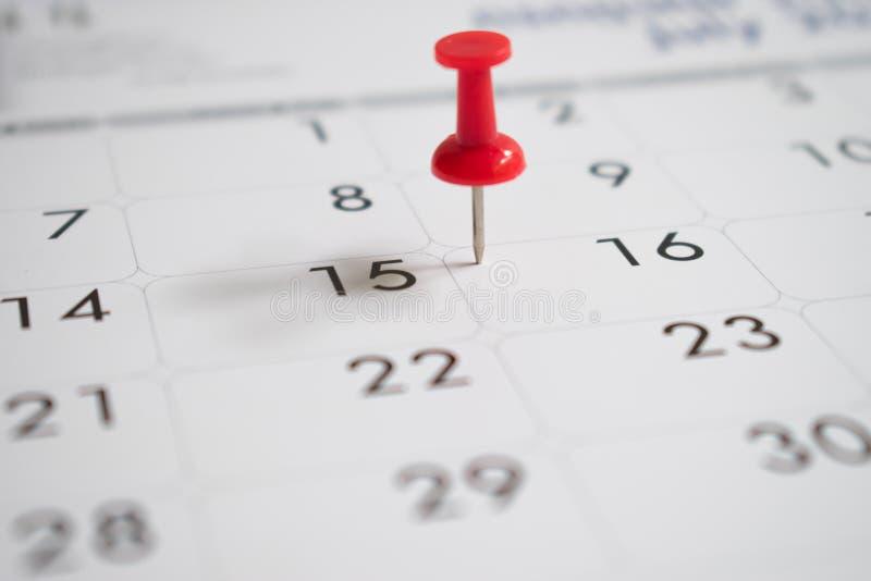 Красные штыри на день 16 с деятельностью, календарем стоковые фото