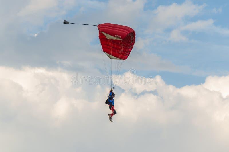 красные шлямбуры парашюта стоковая фотография rf