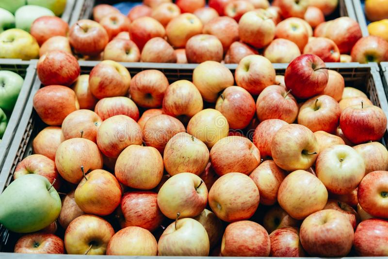 Красные яблоки для продажи в рынке стоковая фотография