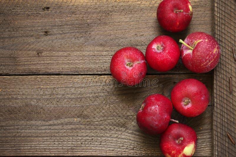 Красные яблоки на деревенской древесине стоковые изображения rf