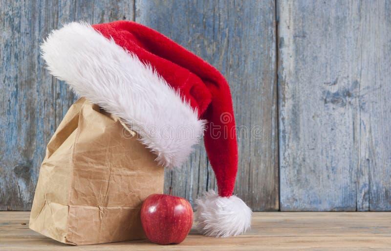 красные яблоко и шляпа Санта Клауса стоковые изображения