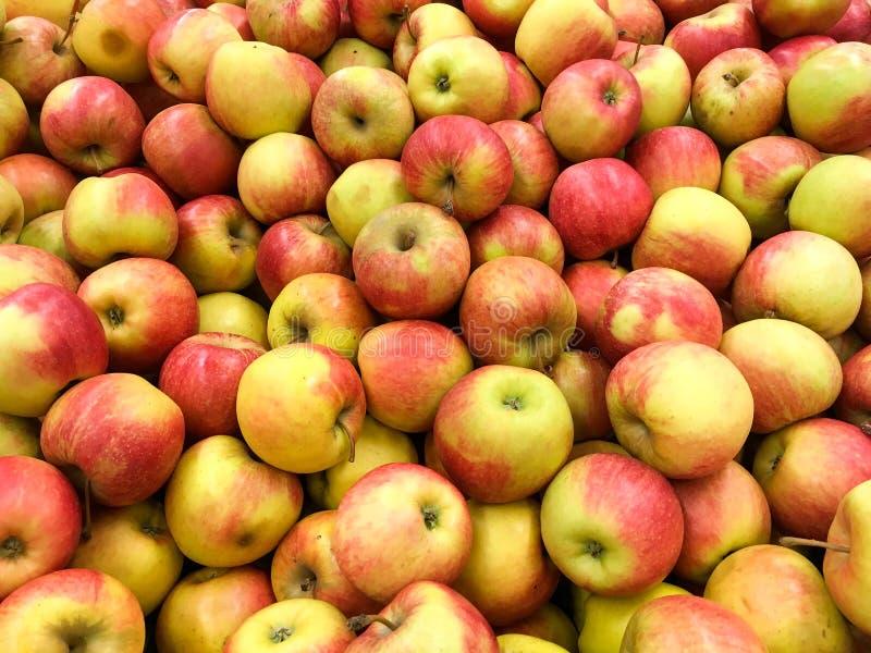 Красные яблоки в дисплее рынка стоковые изображения rf