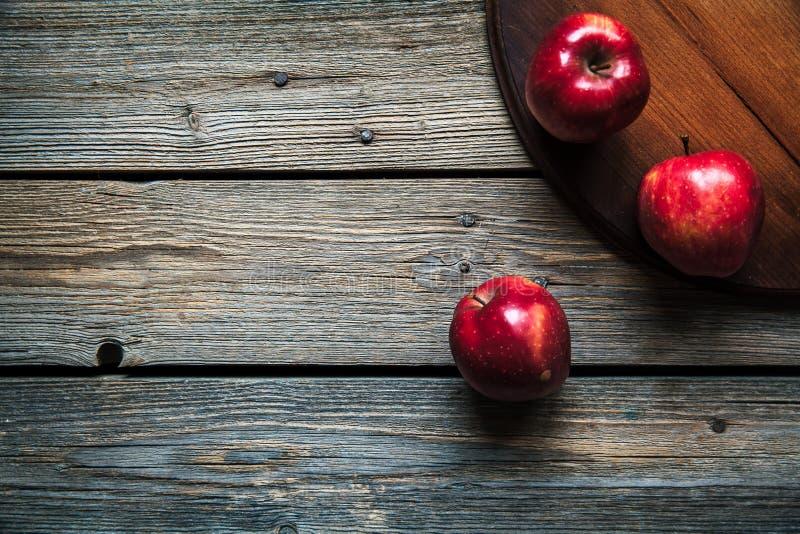 Красные яблоки на деревянной предпосылке плодоовощ, естественная еда стоковые изображения rf