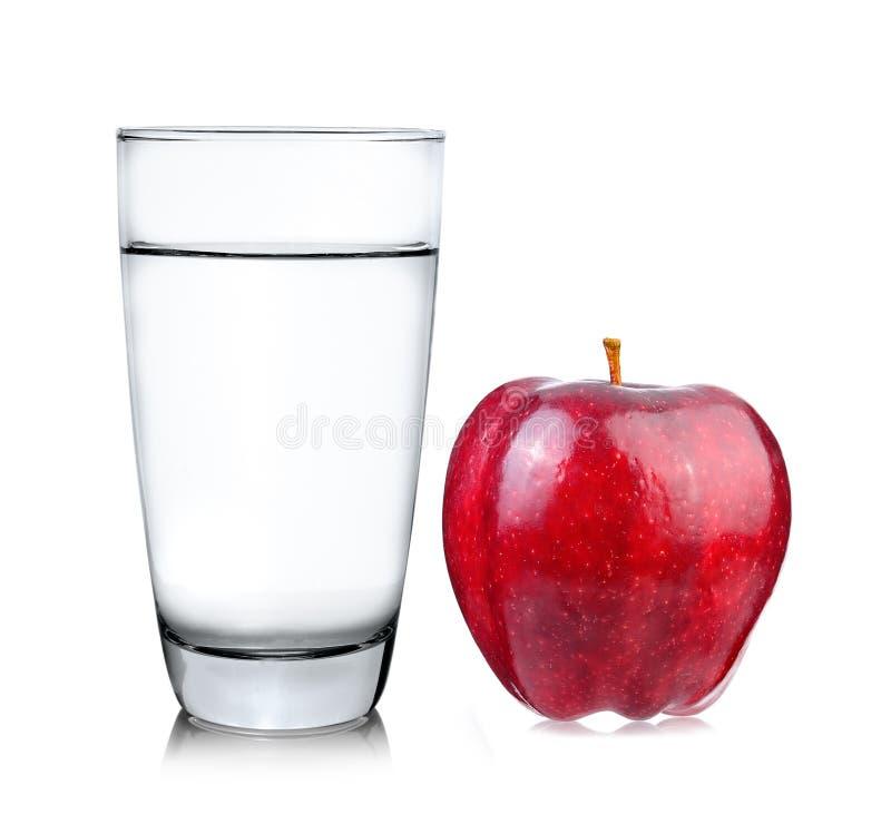Красные яблоко и стекло воды на белой предпосылке стоковая фотография rf