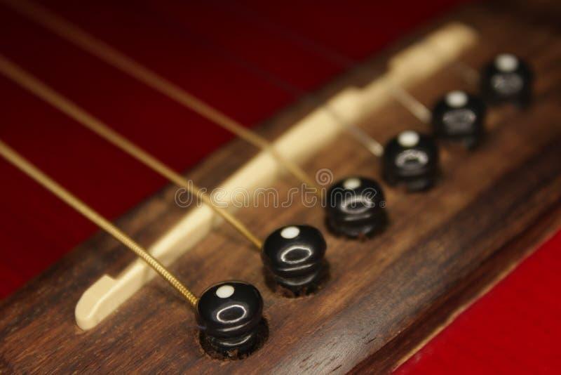 Красные acustic гитара, строки и сусаль стоковые изображения rf