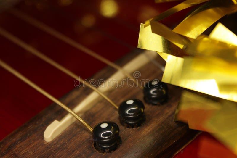 Красные acustic гитара, строки и сусаль стоковая фотография