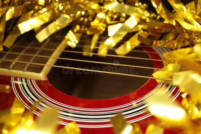 Красные acustic гитара, строки и сусаль стоковые фотографии rf
