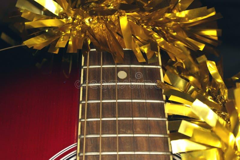 Красные acustic гитара, строки и сусаль стоковая фотография rf