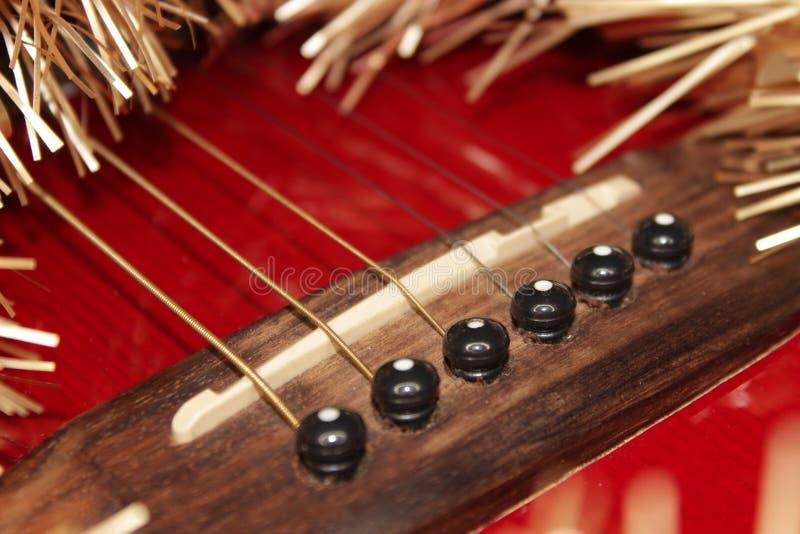 Красные acustic гитара, строки и сусаль стоковое изображение rf