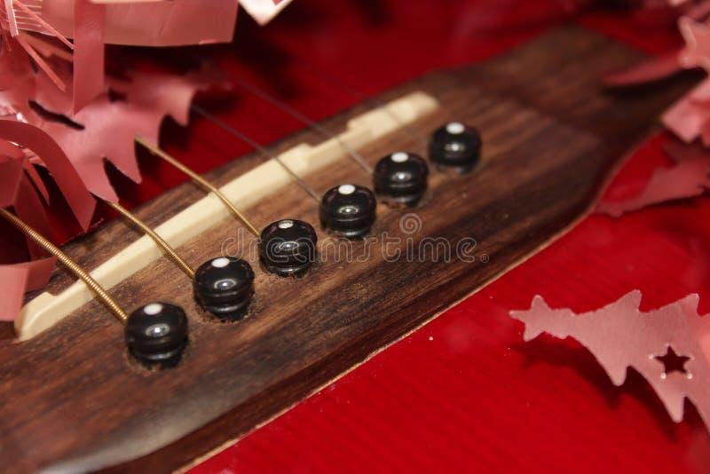 Красные acustic гитара, строки и сусаль стоковые фото