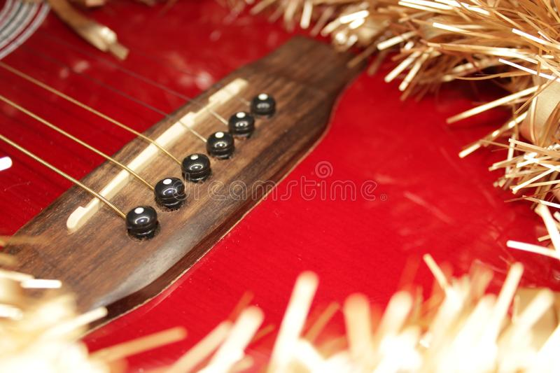 Красные acustic гитара, строки и сусаль стоковое фото