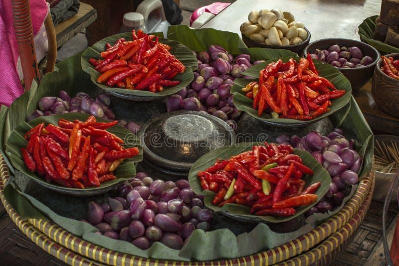 Красные chili, шалоты и чеснок для делать традиционную еду стоковое фото rf