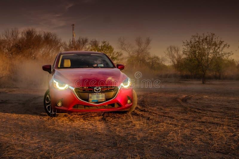 Красный автомобиль направляя рельсами на том основании стоковое фото rf