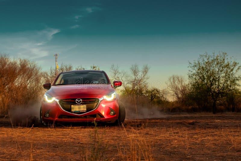 Красный автомобиль направляя рельсами на том основании стоковое изображение