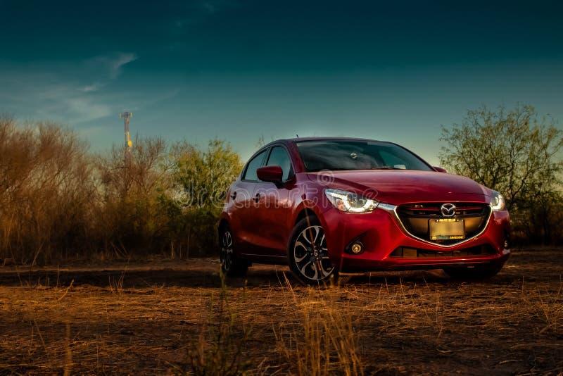 Красный автомобиль направляя рельсами на том основании стоковое фото
