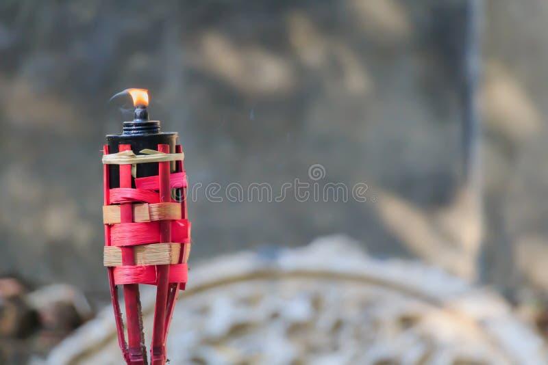 Красный бамбуковый факел с пламенем, традиционным стилем, запачкал backgrou стоковые фотографии rf